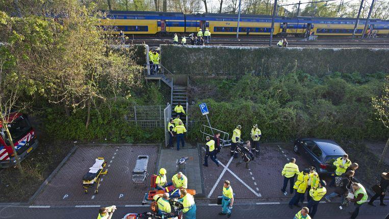Hulpverleners bij de aangereden treinen, zaterdagavond Beeld ANP