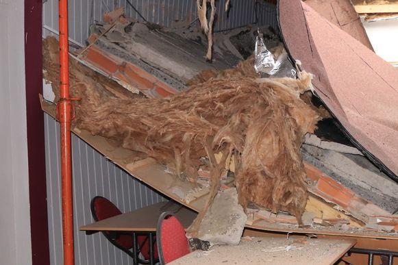 Op dit beeld is te zien welke dikte het plat dak had. Toen het water bleef staan, begaf de constructie het onder alle gewicht.