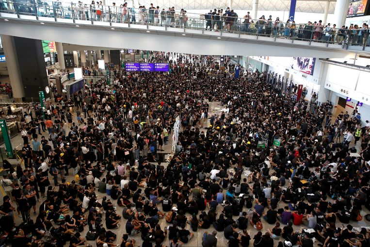 Demonstranten in de luchthaven van Hongkong.