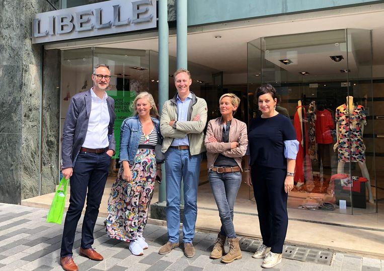"""CD&V-raadslidJohan Uytdenhouwen met handelaars Babette Janssens, Patrick De Schepper , Elisabeth Syts en Ann Everaert: """"In de Stationsstraat hebben winkelpanden een onrealistisch hoog KI."""""""