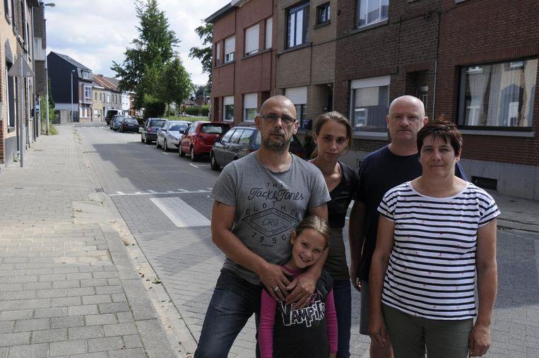 Luc Sciot, Bianca Van der Meersch, Danny Costermans en Maryse Janssens zijn het beu dat ze hun wagen niet dichtbij hun woning kunnen parkeren.