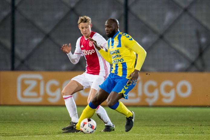 Evander Sno (r) voor RKC Waalwijk in actie tegen Jong Ajax. Links Frenkie de Jong.