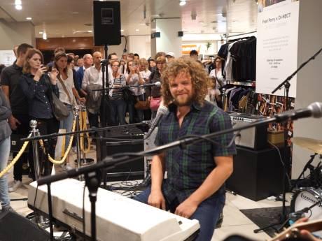 DI-RECT geeft show in de Bijenkorf in Den Haag