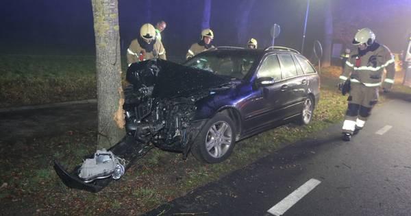 Drie gewonden bij botsing tegen boom in Helvoirt.