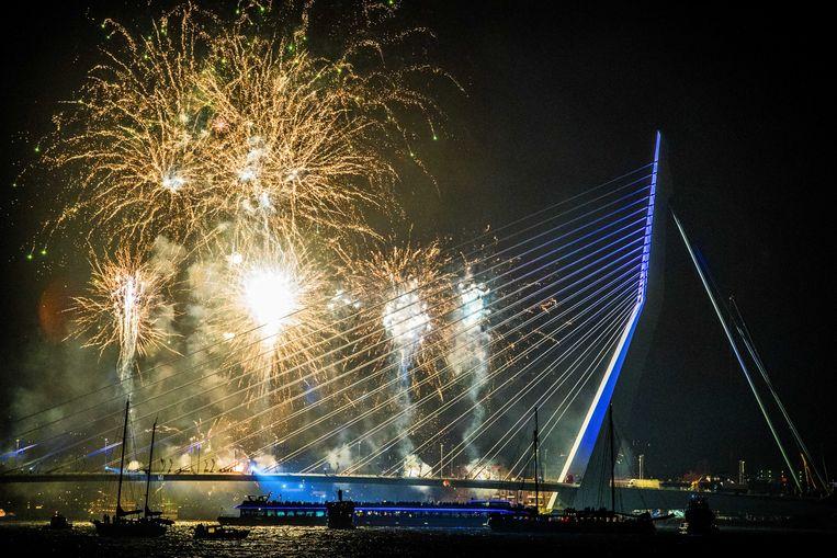Vuurwerk tijdens de jaarwisseling bij de Erasmusbrug in Rotterdam.