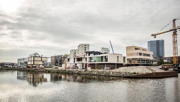 Er wordt verderop al flink gebouwd, om de nu nog afgelegen lap grond om te toveren tot een moderne woonwijk Beeld Eva Plevier