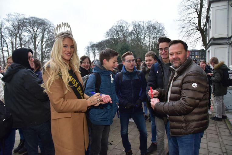 Miss Exclusive Lauralyn Vermeersch en ex-Rode Duivel Gunther Schepens zetten gisteren stippen op de handen van de leerlingen in het Sint-Jozef Instituut.