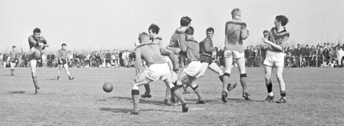 Rob Moens van De Noormannen vuurt één van zijn beruchte kanonskogels af in de door 1700 mensen bezochten wedstrijd tegen Zeelandia op 5 mei 1969.