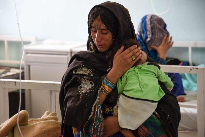 Een Afghaanse moeder met haar ernstig ondervoed kind in het ziekenhuis.
