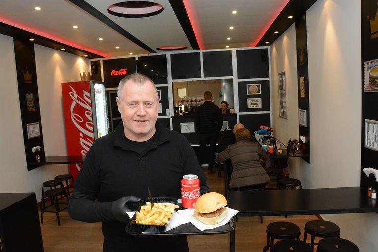 Frank Wauters serveert intussen terug zijn vertrouwde hamburgers met friet in Ons Hongerke