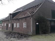 Dakpannen waaien van kalverstal in Toldijk, dieren ongedeerd