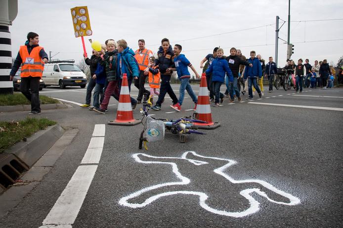 Scholieren protesteren in 2014 op de kruising van de N233 bij Achterberg.