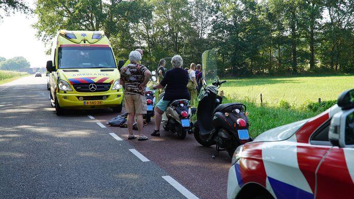 Bij een ongeval aan de Lochemseweg bij Harfsen is een snorfietser in de sloot beland.