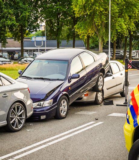 Automobilist kan niet op tijd remmen en schuift onder de auto voor hem