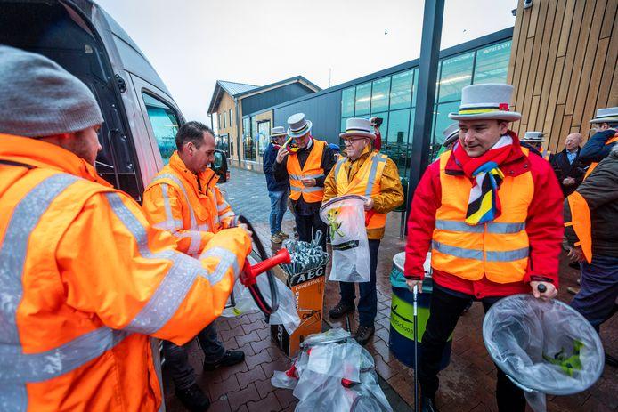 De Nuenense oud-prinsen hebben maandagochtend hun werkstraf uitgevoerd die burgemeester Maarten Houben oplegde vanwege hun ludieke actie bij de oude lindeboom