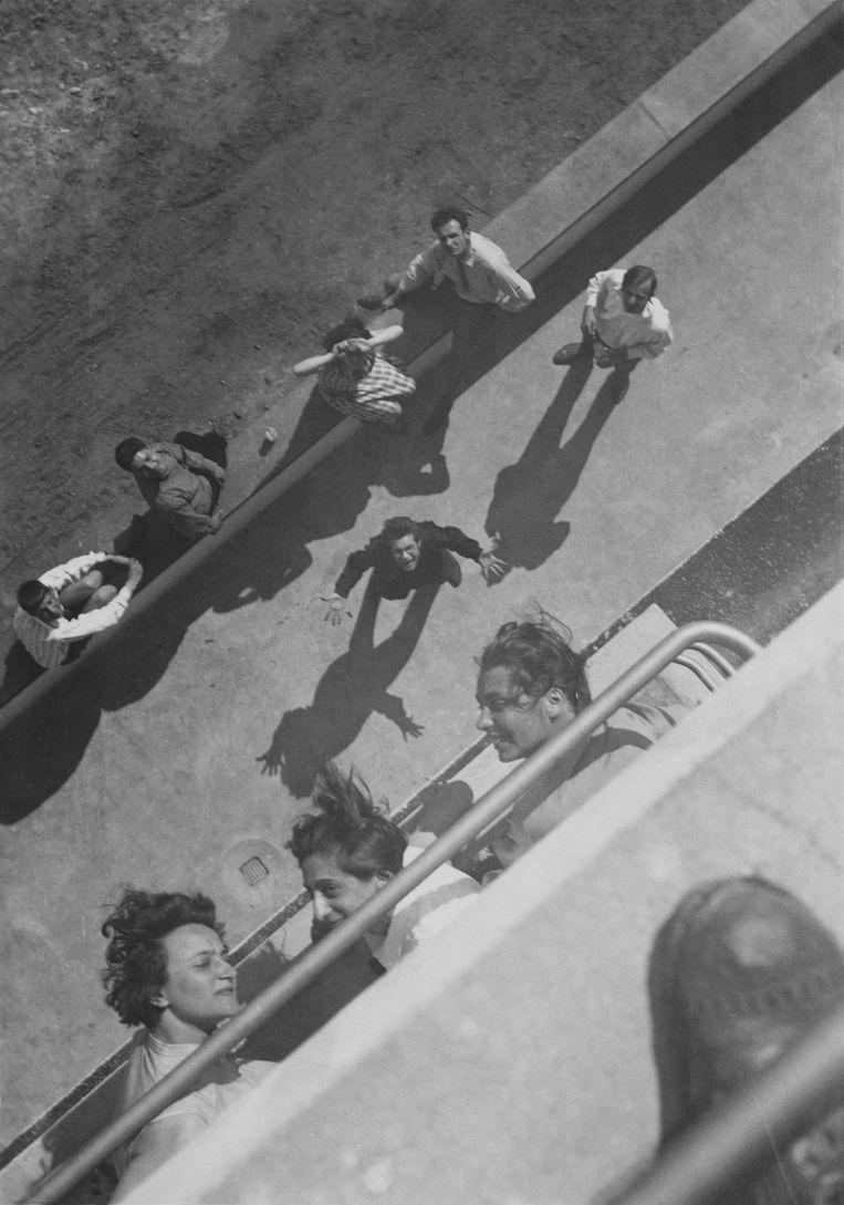 Bauhaus-studenten gezien vanaf een balkon van het Prellerhaus, het ateliergebouw van het Bauhaus in Dessau, 1927. Beeld Museum Bojimans van Beuningen