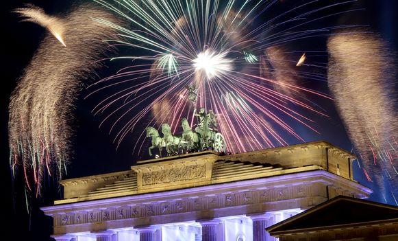 Vuurwerk aan de Brandenburger Tor in Berlijn.