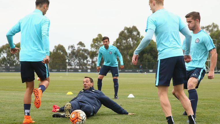 John van `t Schip (liggend) tijdens een training van zijn team Melbourne City. Hij zou er aanvankelijk tijdelijk helpen bij de jeugdopleiding, maar is nu coach van de koploper van de A-League. Beeld null