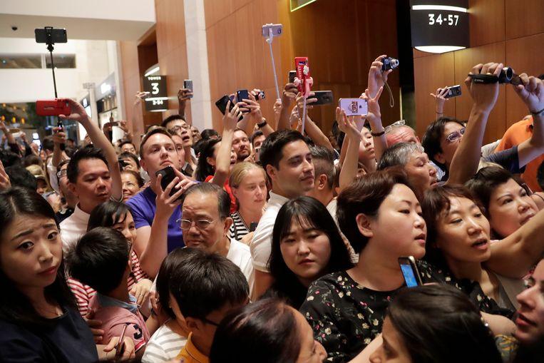 Toeristen en Singaporezen verdringen zich om ook een glimp van de Noord-Koreaanse leider op te vangen.