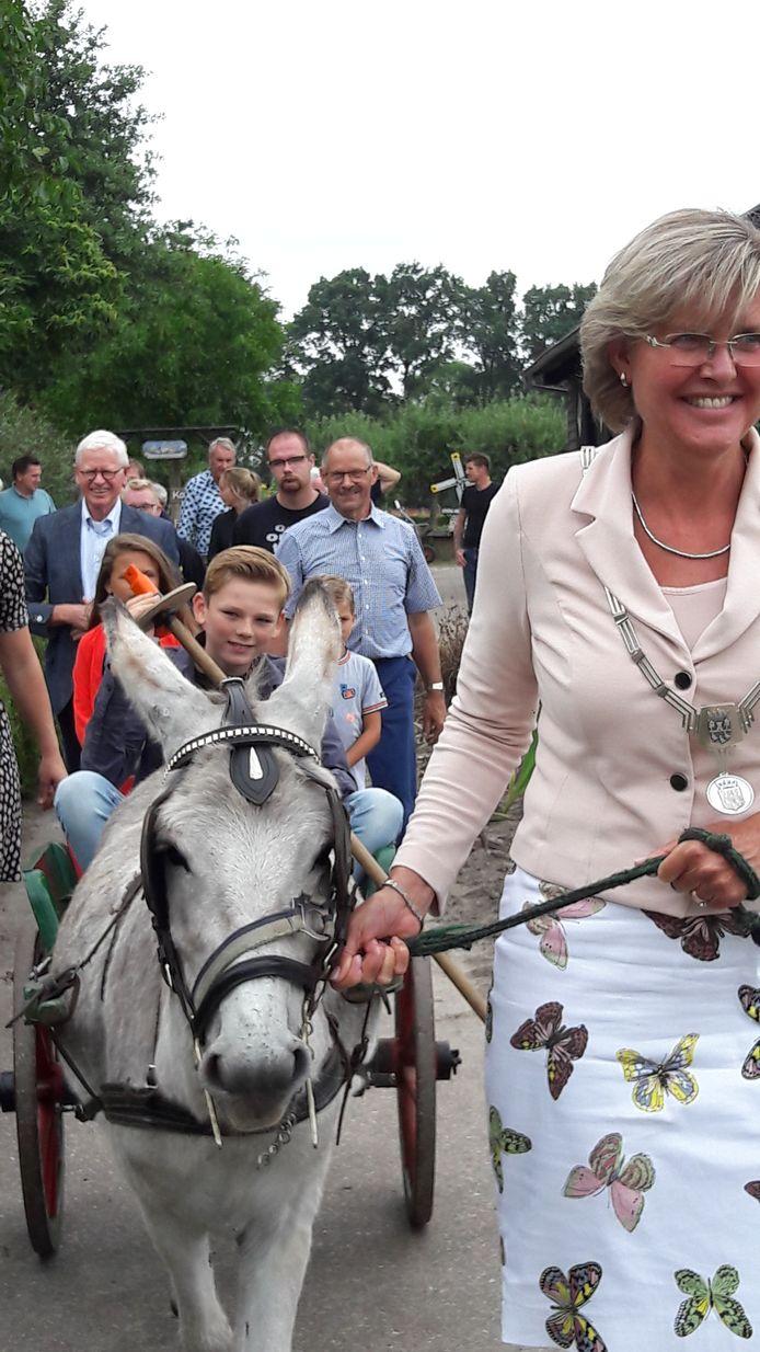 De Halderbergse burgemeester Jobke Vonk leidt de ezelskar met daarin kinderburgemeester Willem Lengers naar de vlindertuin van de Meeshoeve. Willem zal met een lange stok de twee entreeborden van de tuin onthullen. De burgemeester droeg speciaal voor deze gelegenheid een rok met vlinderdessin.