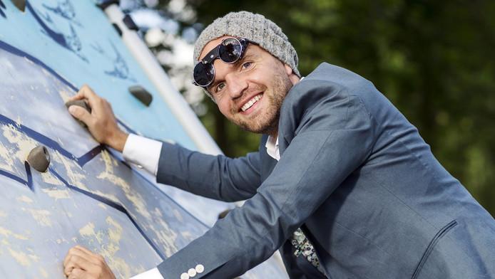 "Derk Boswijk ""oefent"" op de klimwand in het Speelwoud"