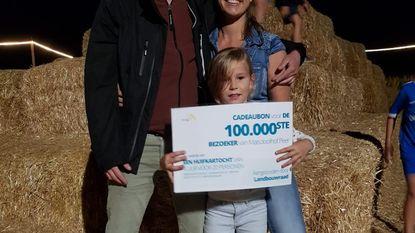 Hanne (7) is 100.000ste bezoeker van maïsdoolhof