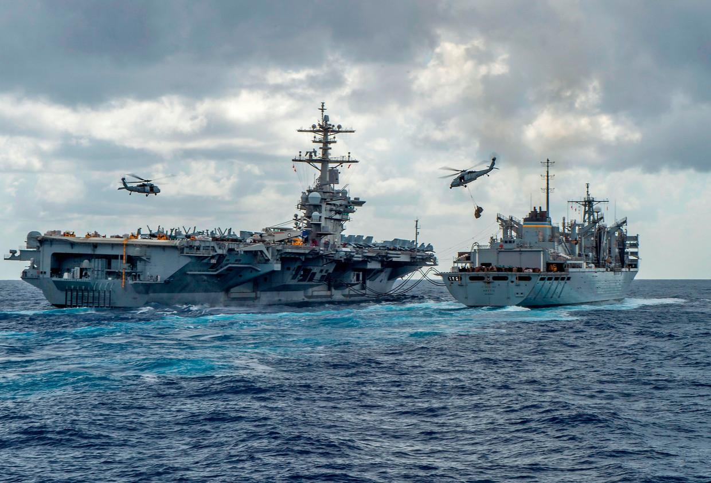 Amerikaanse schepen en helikopters op een foto van het Amerikaanse leger.