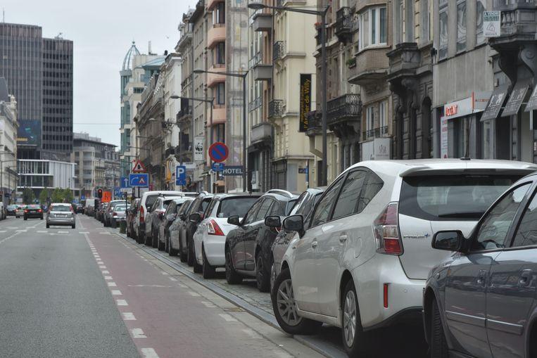 Het Brussels gewest wil in totaal een kwart van de huidige parkeerplaatsen langs de straat schrappen. Het gaat om 65.000 plaatsen.