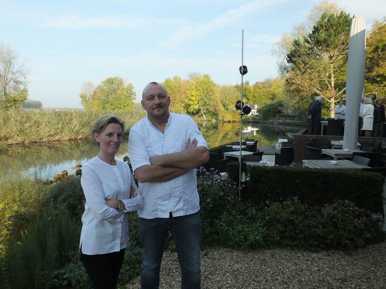 Isabel Deboel en Marc Nevejans op hun prachtige terras aan de oever van de Leie.