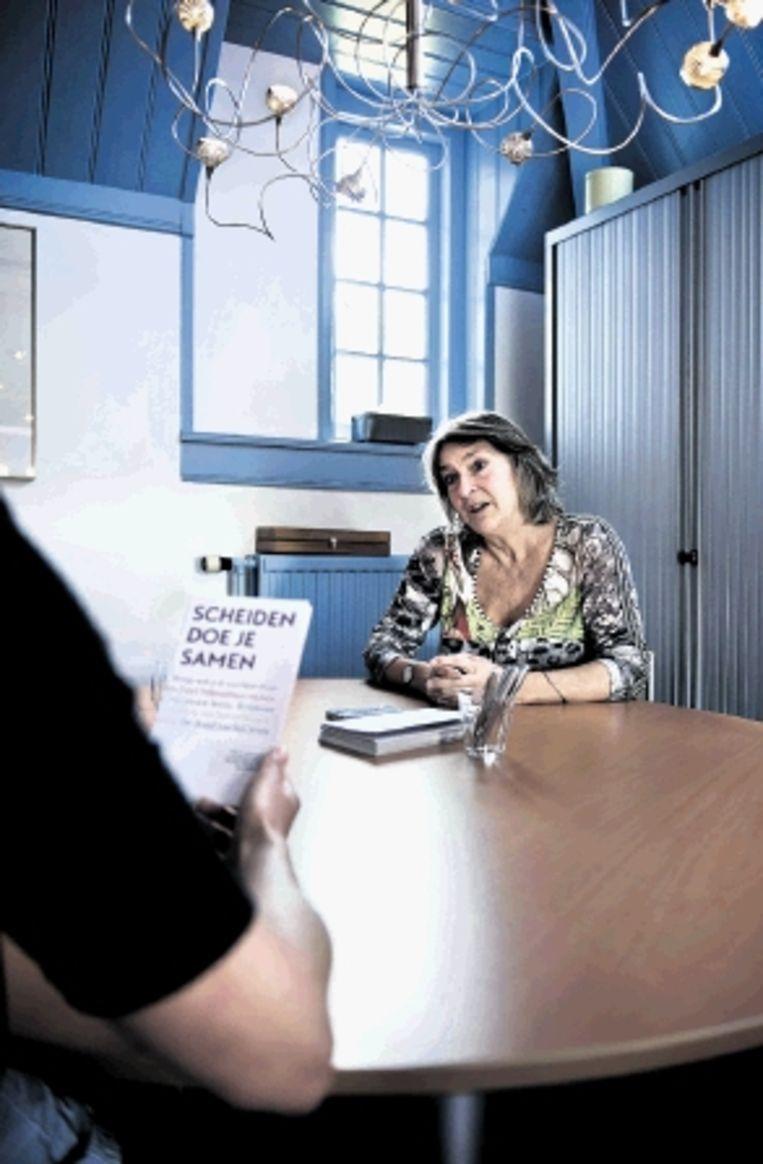 Antoinette van Nierop overlegt met een medewerker. (FOTO BRAM PETRAEUS) Beeld