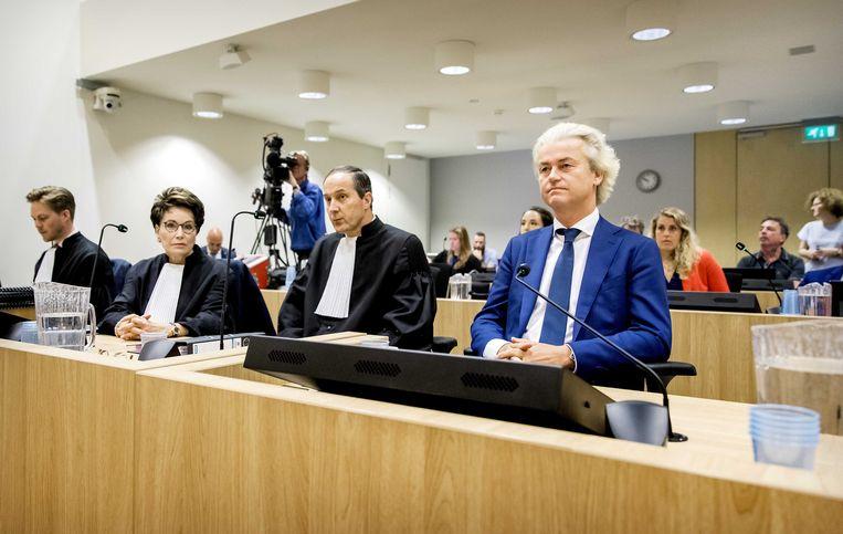 Advocaat Gert Jan Knoops (links naast Wilders) eist in de rechtbank van Schiphol uitstel van de 'minder-Marokkanen'-zaak. Beeld EPA