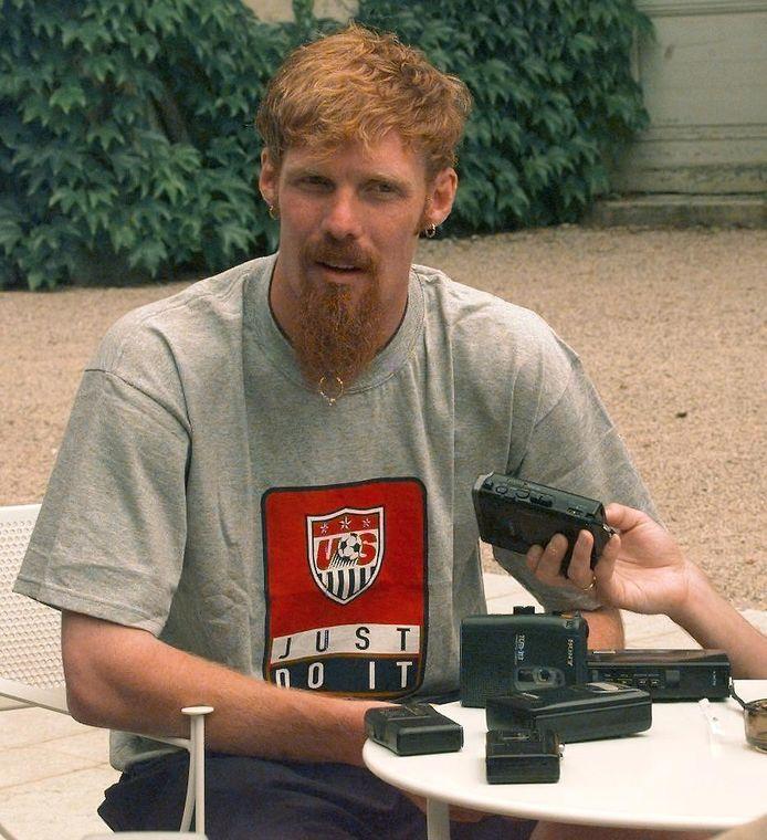 Alexi Lalas staat de pers te woord tijdens het WK 1998 in Frankrijk.