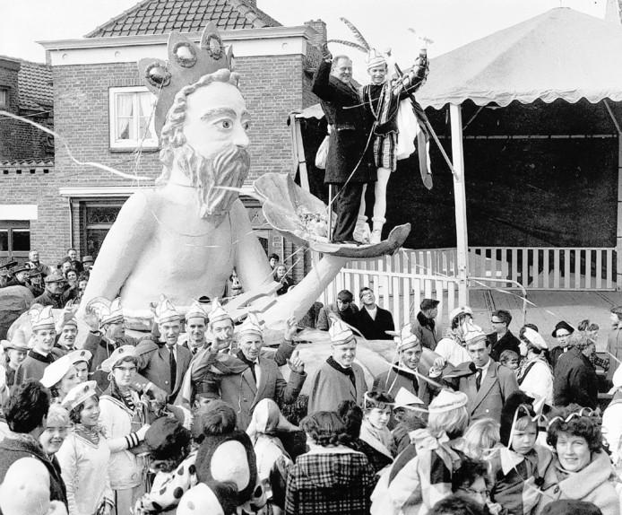 Een van de eerste optochten in Stampersgat, toen de kranten schreven dat er 10.000 (!) toeschouwers kwamen kijken.