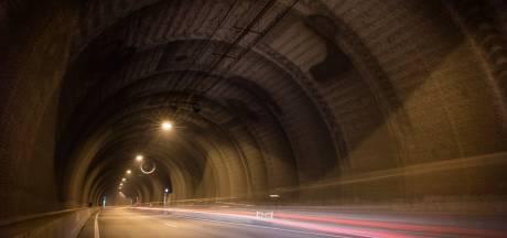 Spookrijder in Westerscheldetunnel laat auto achter en vlucht voor de politie