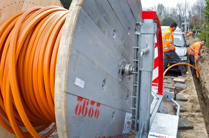 Het aanleggen van glasvezel.  Foto: Koen Suyk/ANP