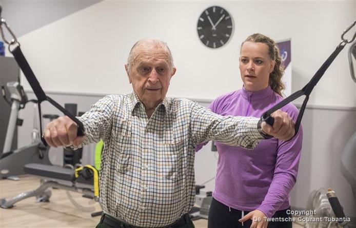 Hans Brugman met zijn trainster Lisanne Waanders. De 97-jarige sport nog drie keer in de week.