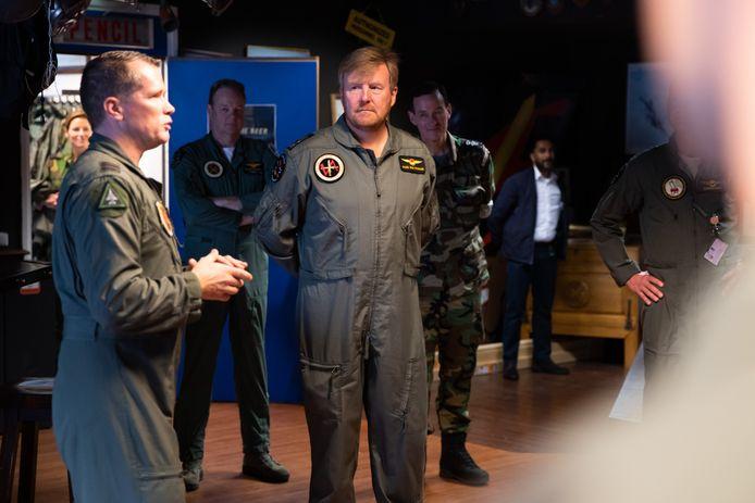 Luitenant-kolonel Michel van der Steeg, commandant van 312 squadron geeft Koning Willem-Alexander uitleg over de trainingsmissie.