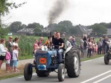 Tractoren trekken ratelend door de regio