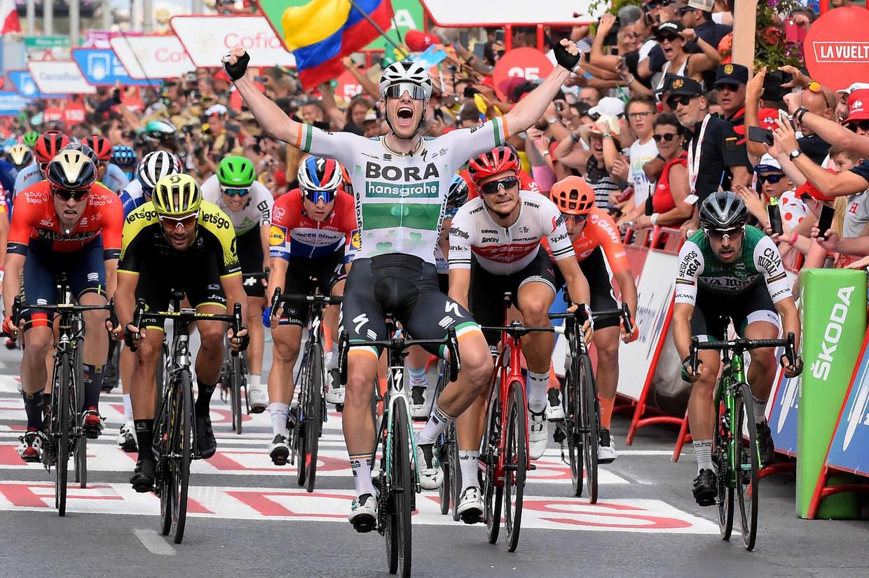 Sam Bennett wint de derde etappe van de Vuelta. Fabio Jakobsen (onder de rechterarm van Bennett) baalt. Beeld AFP