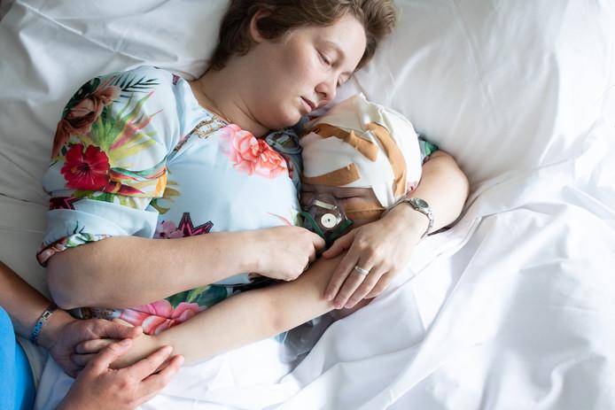 Erika Theunisse met haar dochter Phéline in haar armen, een paar uur voordat het meisje haar laatste adem uitblaast.