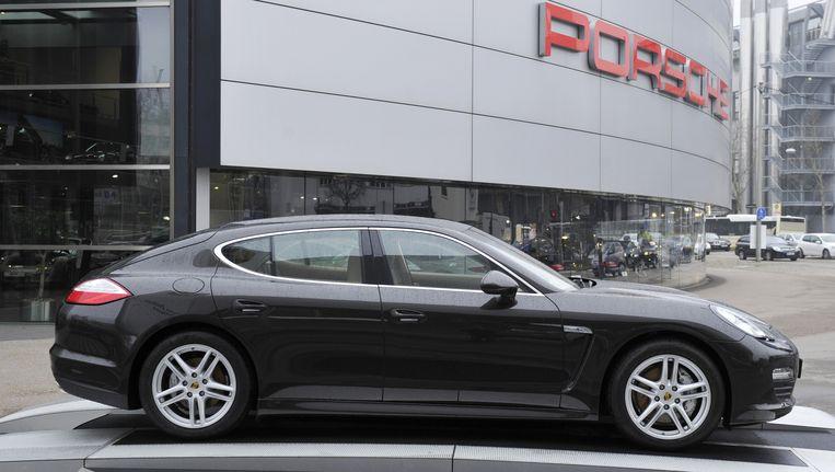 Een Porsche voor het hoofdkantoor in Stuttgart, Duitsland. Beeld AFP