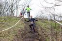 Deelnemers dalen af in een trailrun.