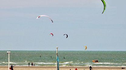 Kitesurfers massaal aanwezig op strand van Zeebrugge