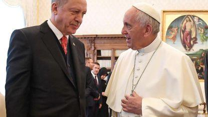 Paus ontvangt Erdogan en doet hem vredessymbool cadeau