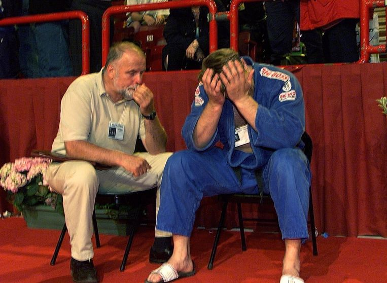 2001: Cor van der Geest troost zoon Dennis na de verloren EK-finale. Hij won zilver. Beeld ANP