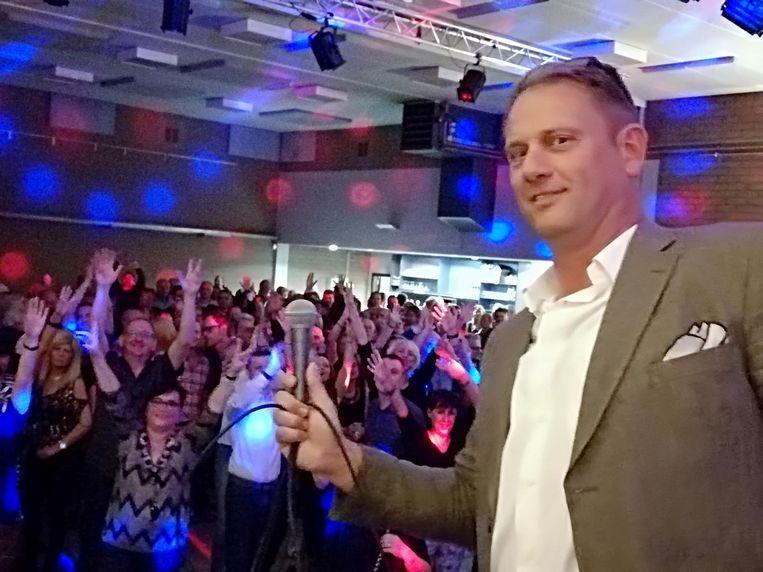 Kurt Buelens laat zijn publiek zingen.