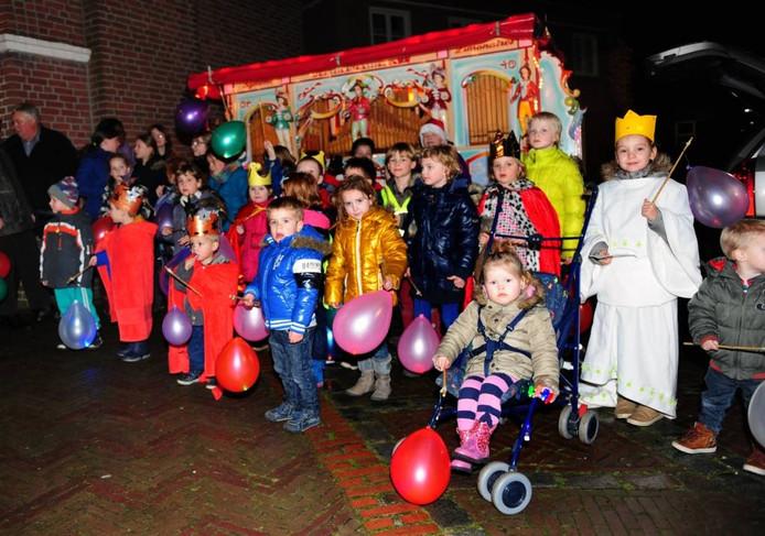 De Driekoningenoptocht stond in 2014 in het teken van 750-jaar Huijbergen. Voor de kinderen waren er lampionnen met led-verlichting en het draaiorgel van Pierre van Rooij speelde het nieuwe volkslied. (archieffoto)