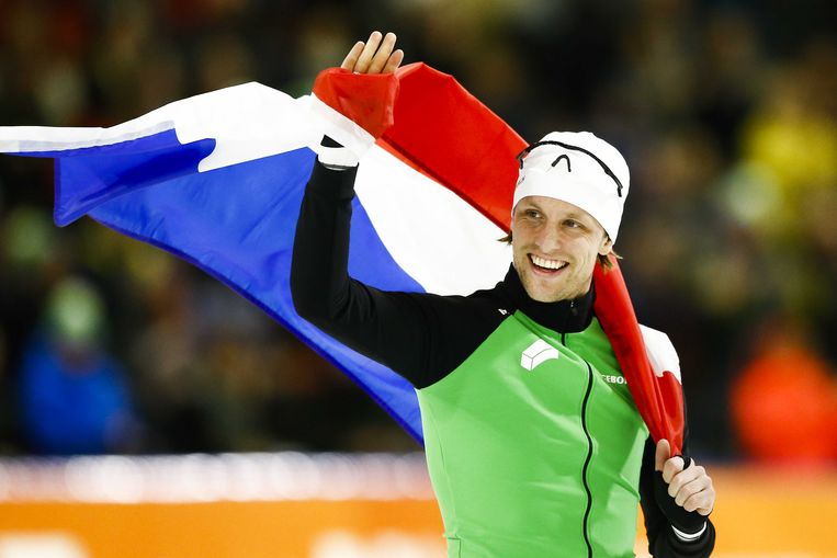 Ronald Mulder juicht na het winnen van de 500 meter tijdens het NK Afstanden in Thialf.  Beeld ANP