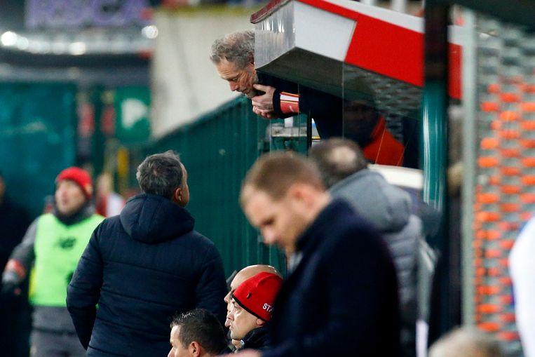 Michel Preud'homme geeft vanuit de tribune instructies aan zijn assistent Emilio Ferrera.