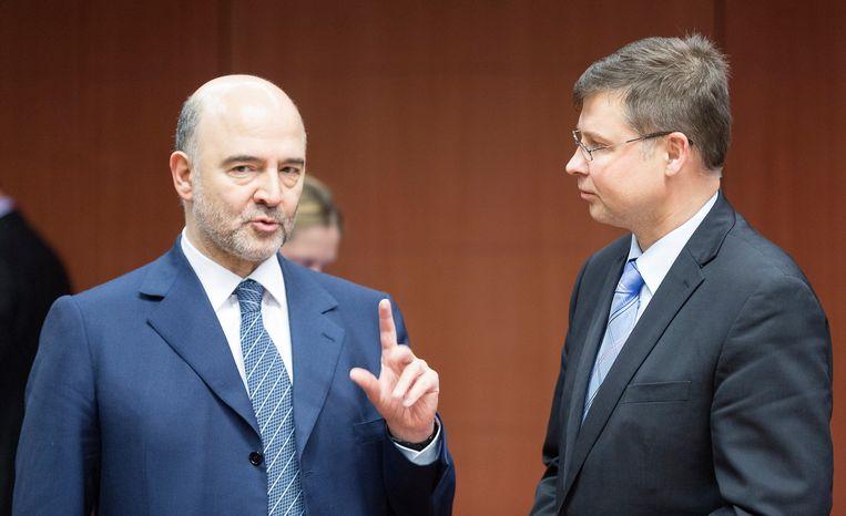 Commissaris voor Economische Zaken Pierre Moscovici (links) en   vicevoorzitter van de Europese Commissie Valdis Dombrovskis (rechts).
